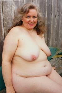 Жирная старуха оголилась на лавочке - фото #44