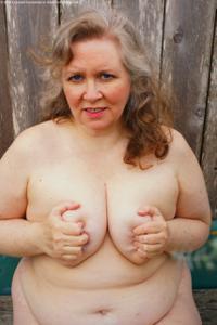 Жирная старуха оголилась на лавочке - фото #46