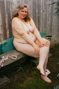 Жирная старуха оголилась на лавочке - фото #5