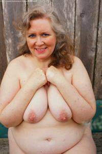 Жирная старуха оголилась на лавочке - фото #6