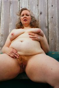 Жирная старуха оголилась на лавочке - фото #7
