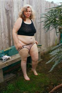 Жирная старуха оголилась на лавочке - фото #8