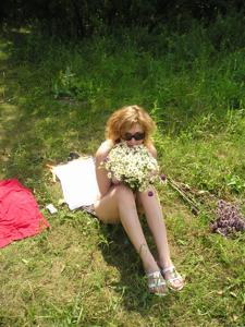 Очаровашка любит загорать топлесс - фото #14