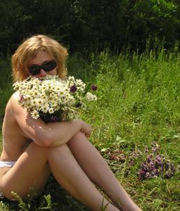 Очаровашка любит загорать топлесс - фото #15
