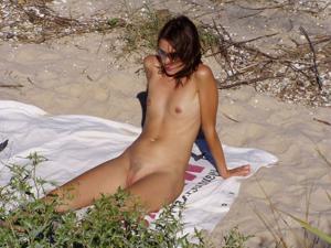 Абсолютно голые женщины на пляже - фото #14