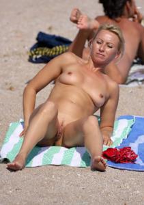 Абсолютно голые женщины на пляже - фото #17