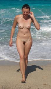 Абсолютно голые женщины на пляже - фото #25