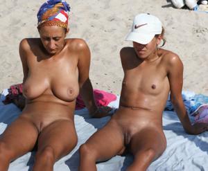 Абсолютно голые женщины на пляже - фото #31