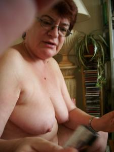 Старушка Мари дома на расслабоне - фото #7