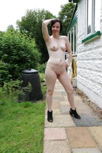 Британка голая у дома - фото #10