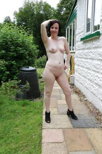 Британка голая у дома