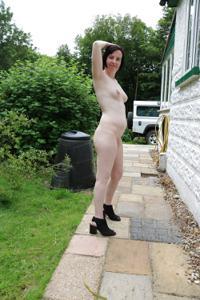 Британка голая у дома - фото #16