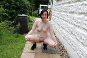 Британка голая у дома - фото #5