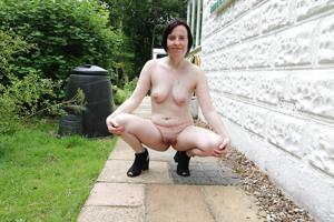 Британка голая у дома - фото #6