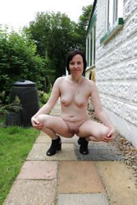 Британка голая у дома - фото #7