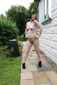 Британка голая у дома - фото #9