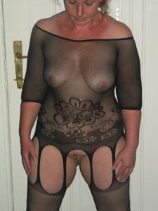 Широкозадая милфа в прозрачном нижнем белье