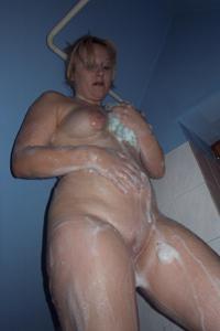 Блондинка в теле принимает душ - фото #10