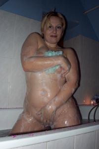 Блондинка в теле принимает душ - фото #11