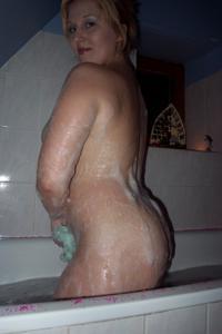 Блондинка в теле принимает душ - фото #13