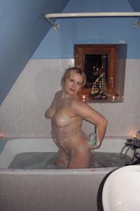 Блондинка в теле принимает душ - фото #16