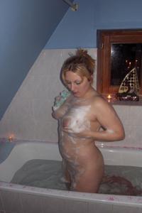 Блондинка в теле принимает душ - фото #18