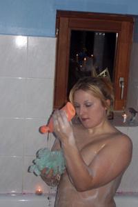 Блондинка в теле принимает душ - фото #24