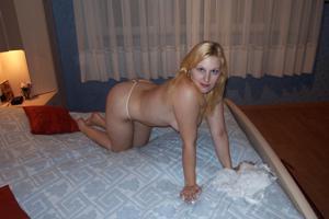 Блондинка в теле принимает душ - фото #41