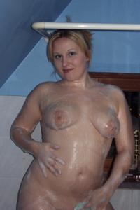 Блондинка в теле принимает душ - фото #7
