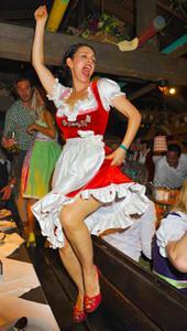 Ядренные немки в национальных костюмах - фото #16