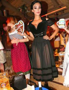Ядренные немки в национальных костюмах - фото #7