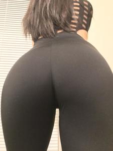Латинка в нижнем белье показывает попку - фото #10