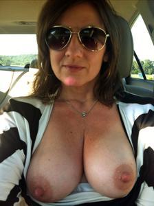 Показывают сиськи в машине - фото #32