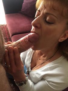 Зрелая берет в рот большой пенис - фото #3