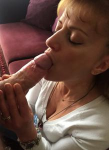 Зрелая берет в рот большой пенис
