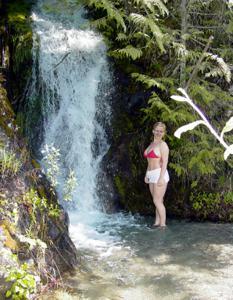 Оголила сиськи у водопада - фото #1