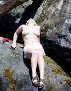 Оголила сиськи у водопада - фото #11