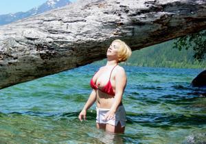 Оголила сиськи у водопада - фото #12