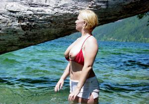 Оголила сиськи у водопада - фото #13