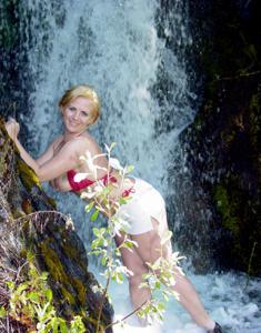 Оголила сиськи у водопада - фото #3