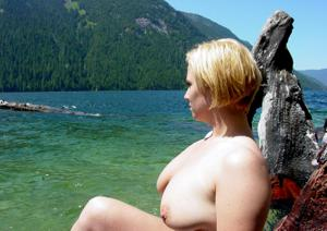 Оголила сиськи у водопада - фото #8