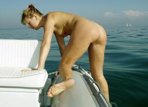 Катается на катере голой - фото #16