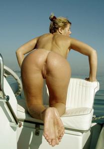 Катается на катере голой - фото #22