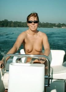 Катается на катере голой - фото #42