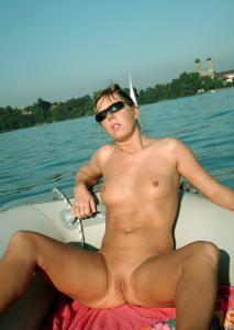 Катается на катере голой - фото #45