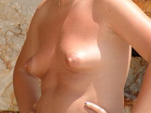 Женщина с маленькими сиськами в отпуске - фото #1