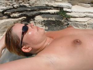 Женщина с маленькими сиськами в отпуске - фото #10