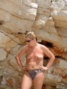 Женщина с маленькими сиськами в отпуске - фото #12