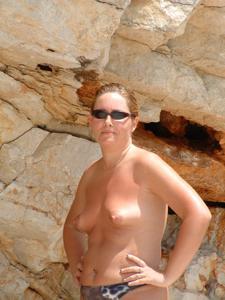 Женщина с маленькими сиськами в отпуске - фото #13