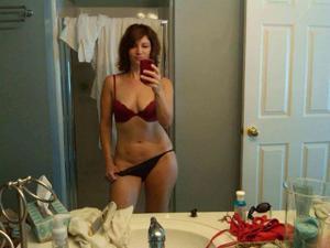 Одинокая женщина постоянно делает селфи в ванной - фото #15